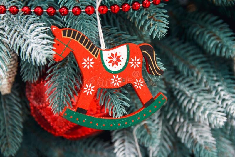 Close up decorado da árvore de Natal Bolas vermelhas e douradas e festão iluminada com lanternas elétricas Macro das quinquilhari fotos de stock royalty free