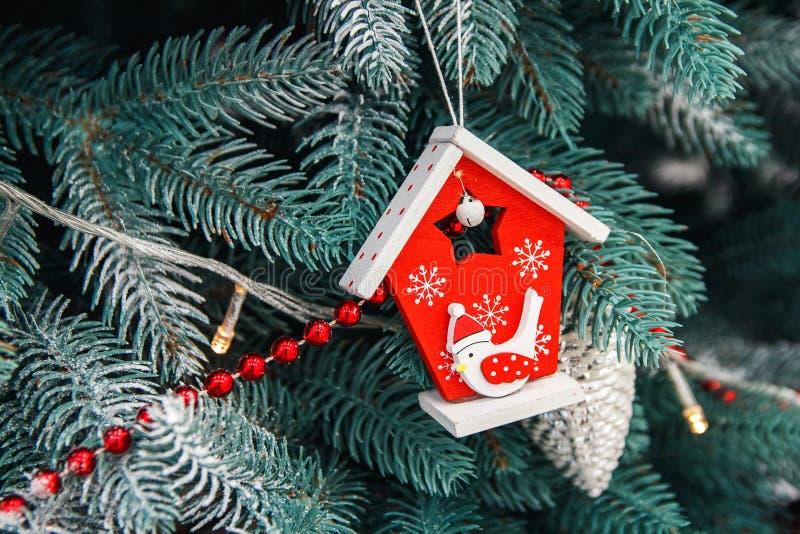 Close up decorado da árvore de Natal Bolas vermelhas e douradas e festão iluminada com lanternas elétricas Macro das quinquilhari foto de stock royalty free