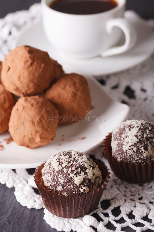 Close-up delicioso das trufas e do café de chocolate vertical foto de stock royalty free