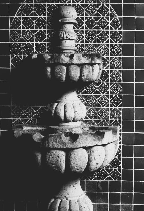 Close up dentro de uma fonte decorativa nas telhas de mosaico disparadas em preto e branco fotografia de stock