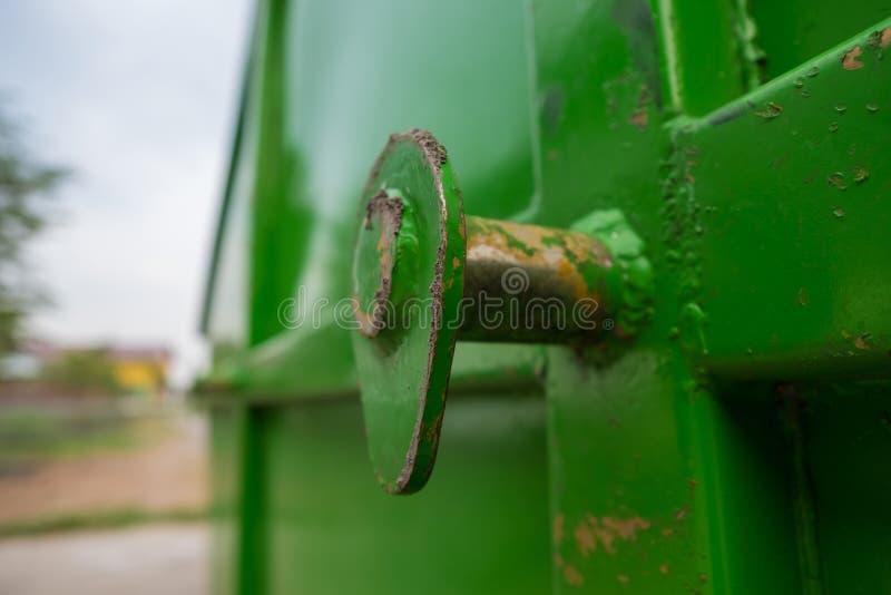 Close-up die met roest van grote dumpstervuilnisauto opheffen stock foto's