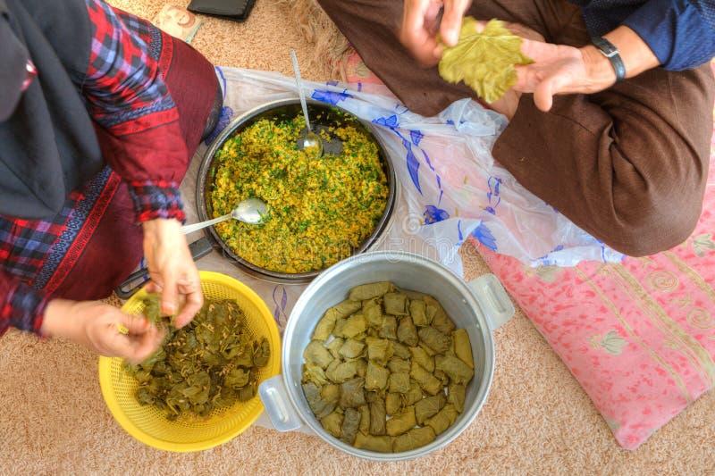 Close-up die Perzische schotels gevulde druivenbladeren koken of dolmeh stock afbeelding