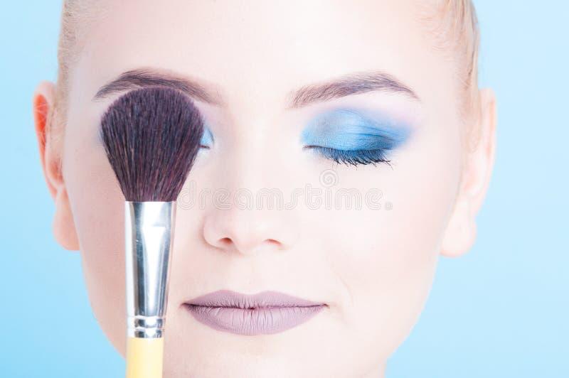 Close-up die van dame oog behandelen met samenstellingsborstel stock fotografie