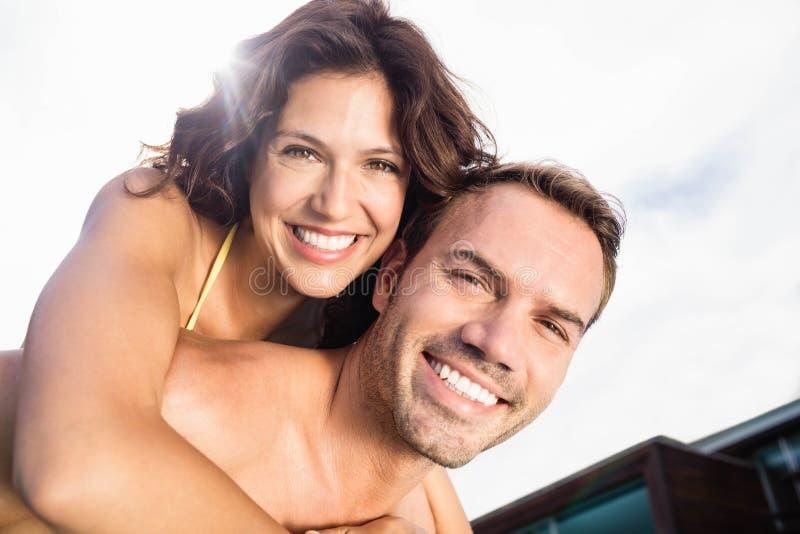 Close-up die van de mens op de rug aan vrouw geven royalty-vrije stock afbeelding