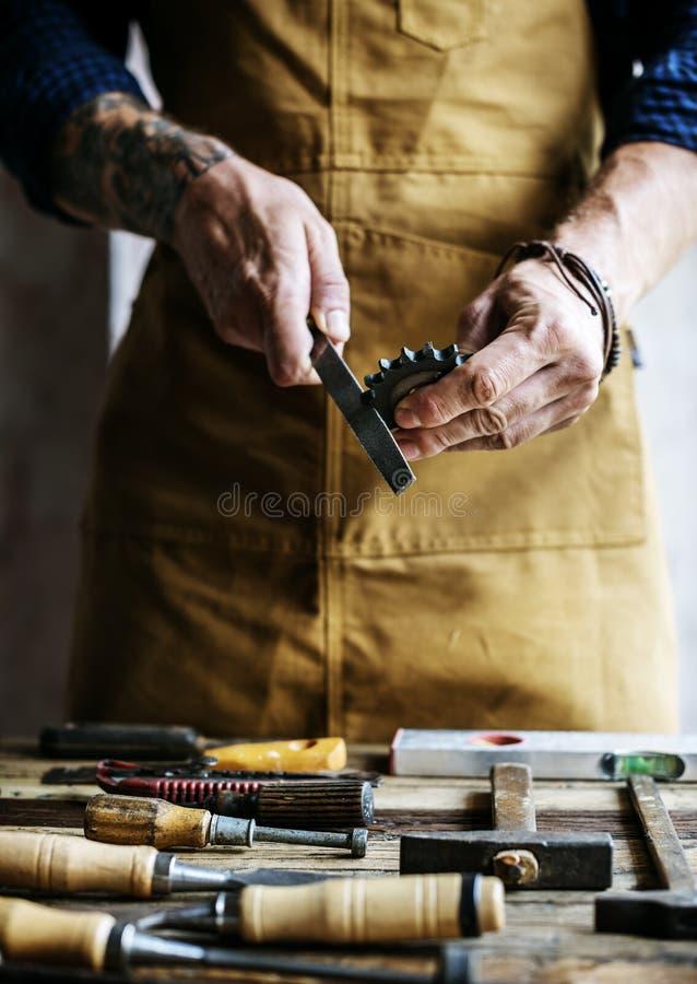Close-up die van de timmermansmens met de reeks van het hulpmiddelenmateriaal werken royalty-vrije stock afbeeldingen