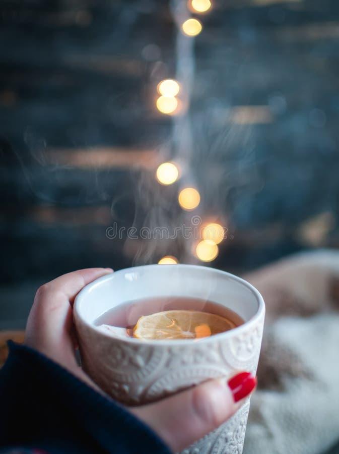 Close-up die van hand een kop van Kerstmisthee houden met citroen royalty-vrije stock foto's