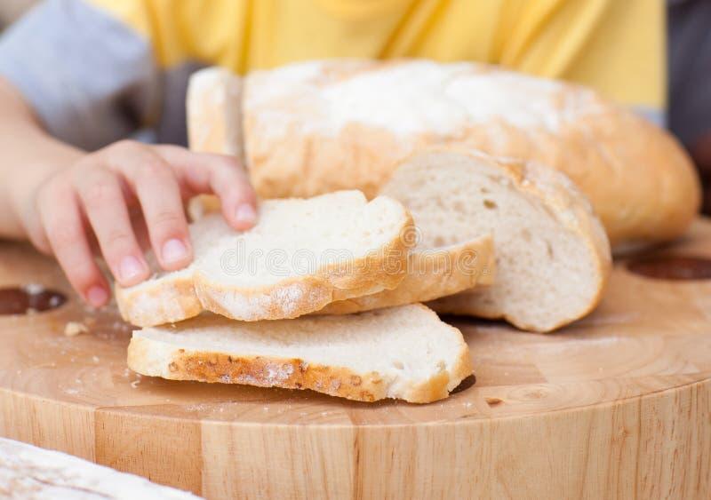 Close-up die van kind wat brood neemt royalty-vrije stock foto