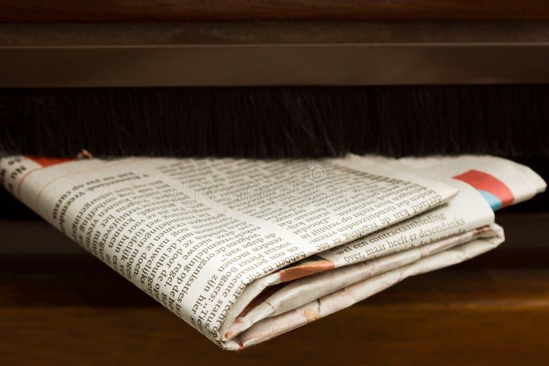 Close-up die van krant is ontsproten die in de brievenbus komt royalty-vrije stock foto's