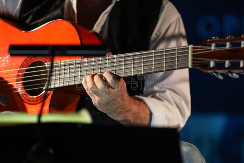 Close-up die van man handen de klassieke gitaar spelen royalty-vrije stock foto