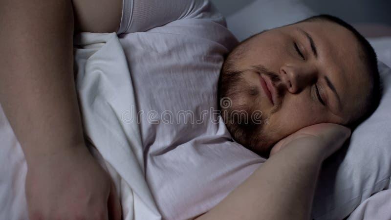 Close-up die van mollige mensenslaap vreedzaam, op comfortabele matras ontspannen stock foto's