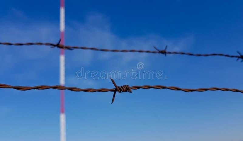 Close-up die van prikkeldraad communicatie toren en blauwe hemelachtergrond beschermen stock foto's