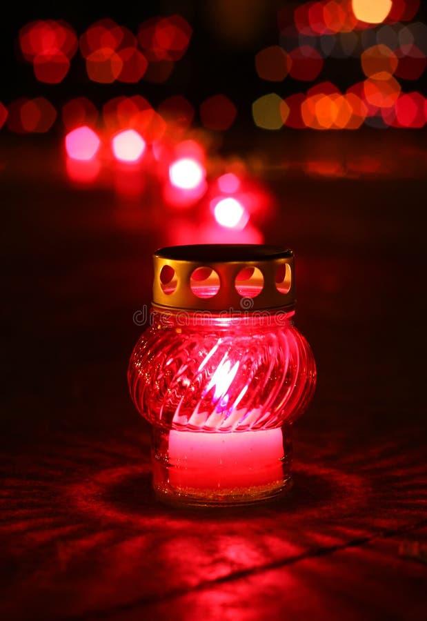 Close-up die van rood votive kaars brandt stock afbeeldingen