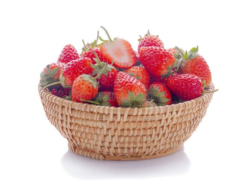 Close-up die van verse aardbeien is ontsproten Geïsoleerdj op witte achtergrond stock foto's