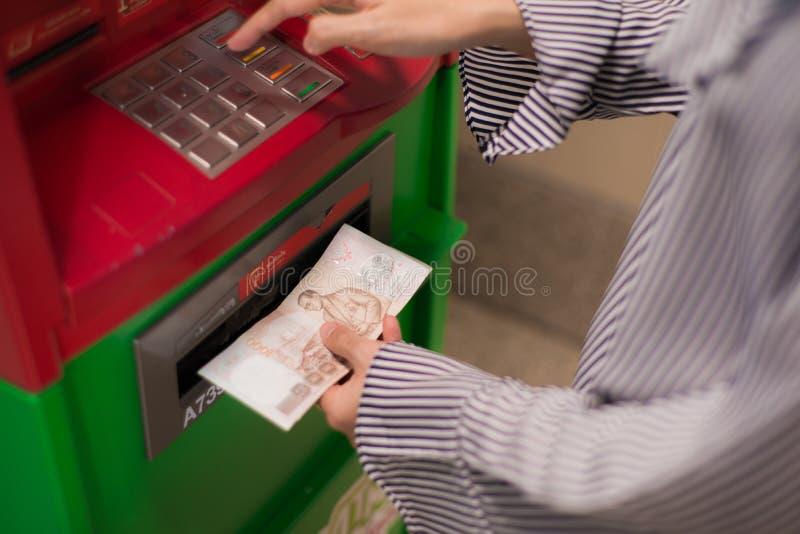 Close-up die van vrouwenhand PIN/pass-code inzake ATM/bank-machinetoetsenbord ingaan stock fotografie