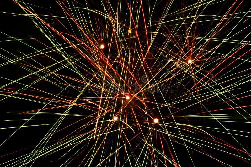 Close-up die van vuurwerk die de binnen hemel exploderen, abstracte kleurrijke lijnen maken royalty-vrije stock fotografie