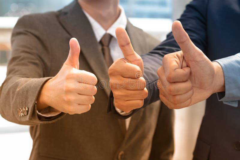 Close-up die van zakenluiteam duimen opgeven, zaken succes stock foto's