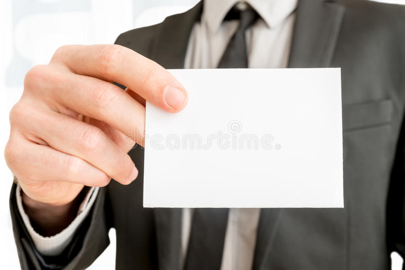 Close-up die van zakenman leeg wit adreskaartje tonen royalty-vrije stock foto's