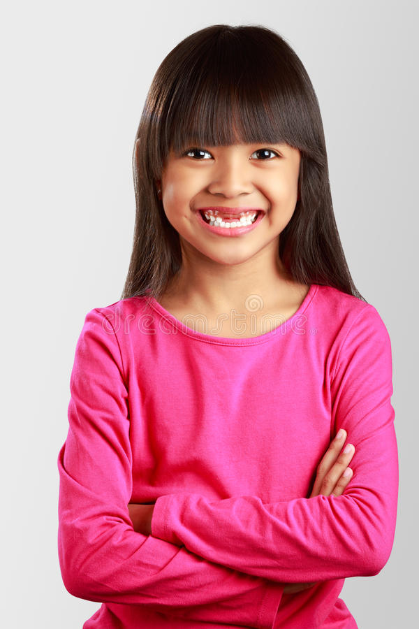 Close-up die weinig Aziatisch meisje met gebroken tanden glimlachen royalty-vrije stock afbeelding