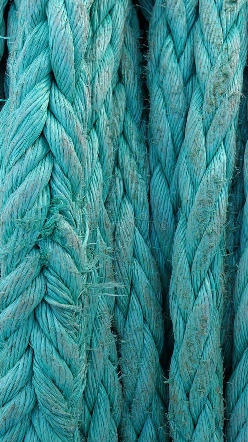 Close-up dikke groene kabel versleten op het schip bij Zonnige de zomerdag, verticale richtlijn royalty-vrije stock fotografie