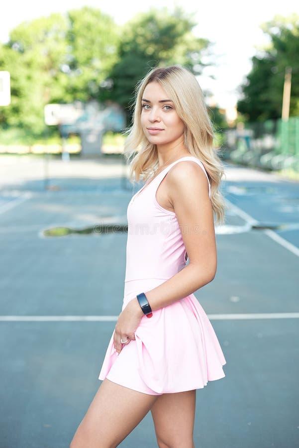 Close-up disparado da jovem mulher apta que está fora no parque Jovem mulher muscular no sportswear cor-de-rosa que olha para a f imagens de stock royalty free