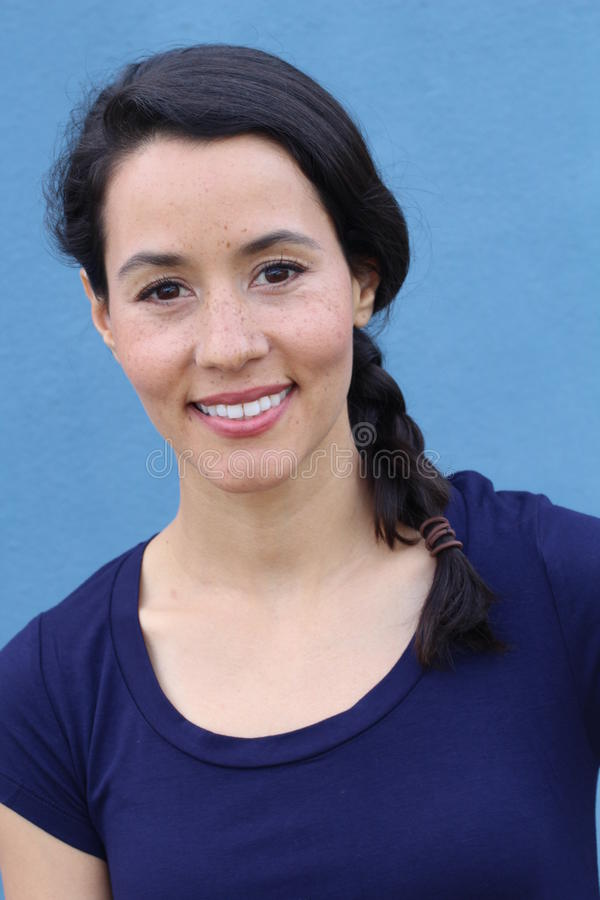Close up disparado da jovem mulher que olha a câmera Focalize no estudante com o cabelo da trança que olha a câmera foto de stock