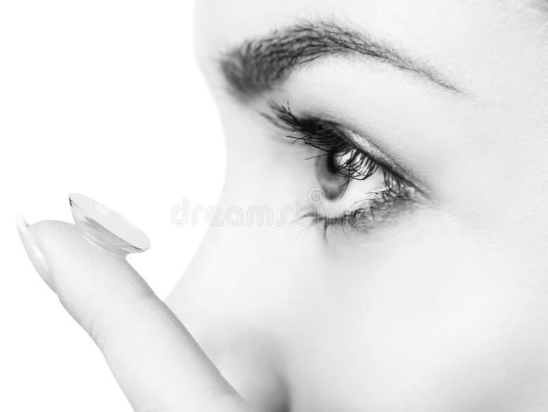 Close-up disparado da lente de contato vestindo da jovem mulher foto de stock royalty free