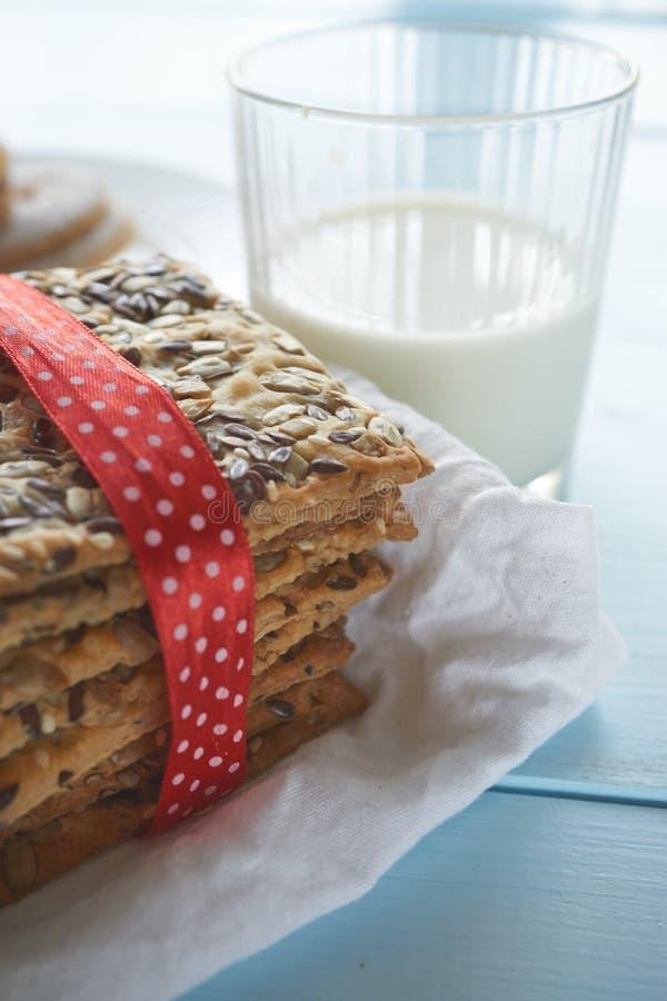 Close up disparado das cookies e do vidro de leite imagem de stock royalty free
