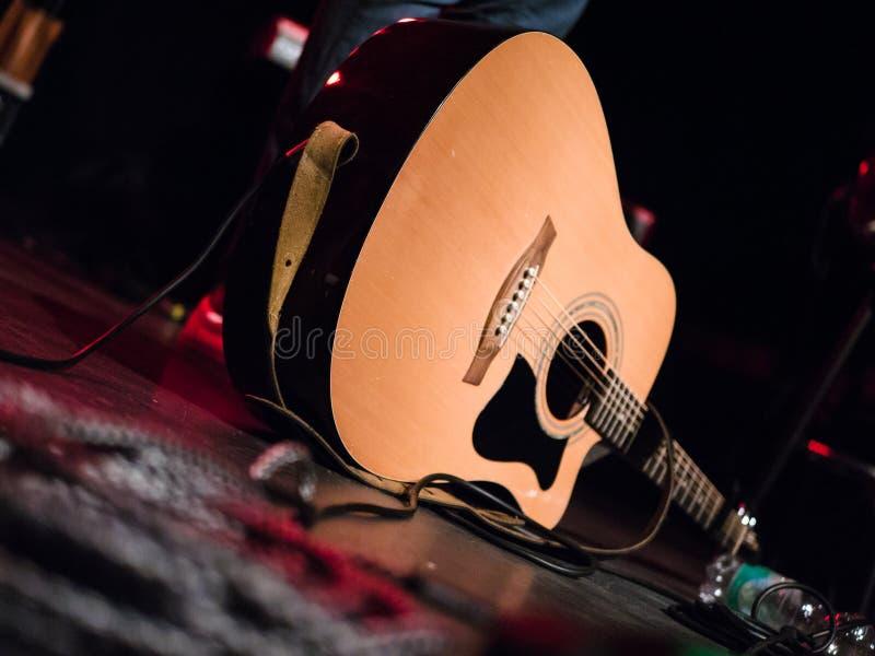 Close-up disparado de uma guitarra acústica em uma fase imagem de stock royalty free