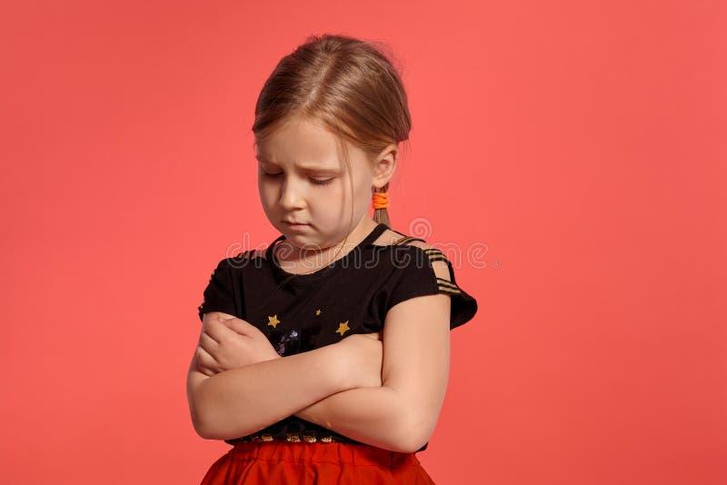 Close-up disparado de uma senhora pequena loura encantador em um vestido combinado que levanta contra um fundo cor-de-rosa fotos de stock