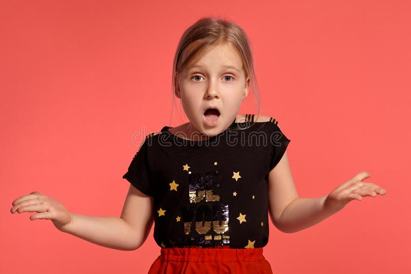 Close-up disparado de uma senhora pequena loura encantador em um vestido combinado que levanta contra um fundo cor-de-rosa foto de stock royalty free