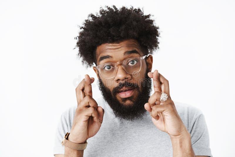 Close-up disparado do indiv?duo farpado adulto afro-americano bonito com penteado afro e o nariz perfurado nos vidros que cruzam  fotos de stock royalty free