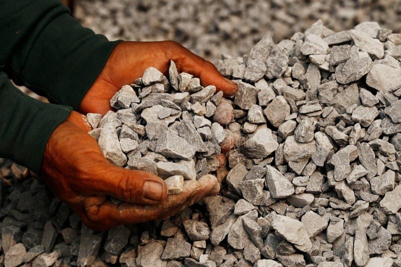 Close up disparado do mineiro de carvão nas mãos do homem do funcionamento conceito sobre o extração de carvão para a geração de  fotos de stock royalty free