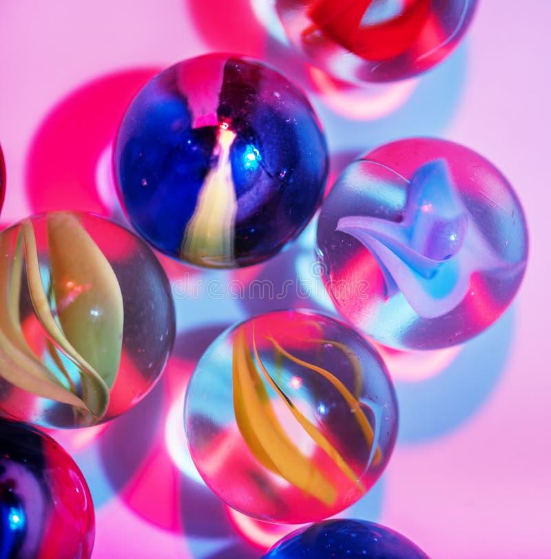 Close up disparado dos mármores de vidro fotos de stock