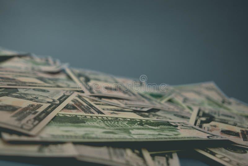 Close-up dispersado das notas de d?lar cinq??nta d?lares de fundo azul fotos de stock royalty free