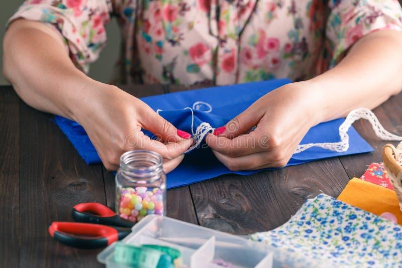 Close-up do acolchoado de costura da mão da mulher imagens de stock