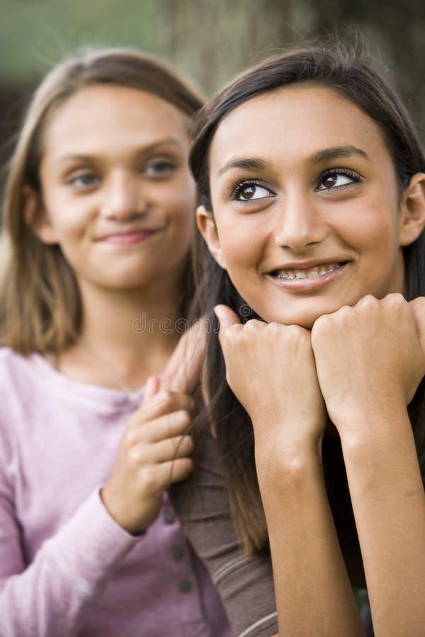 Close-up do adolescente e da irmã mais nova fotografia de stock