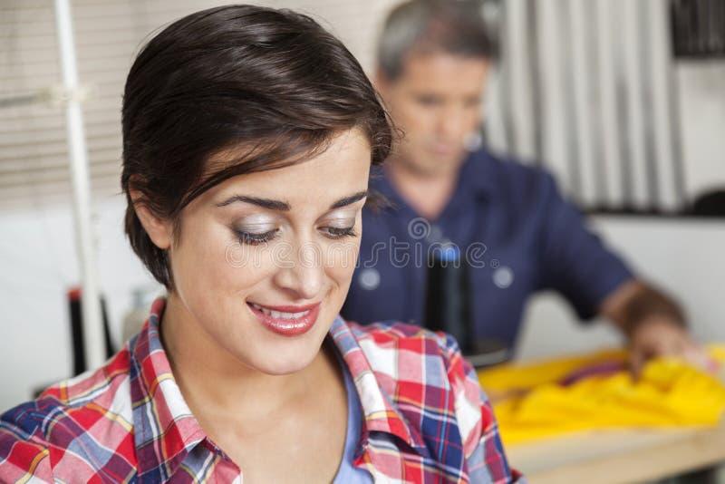 Close up do alfaiate de sorriso At Sewing Factory fotografia de stock royalty free