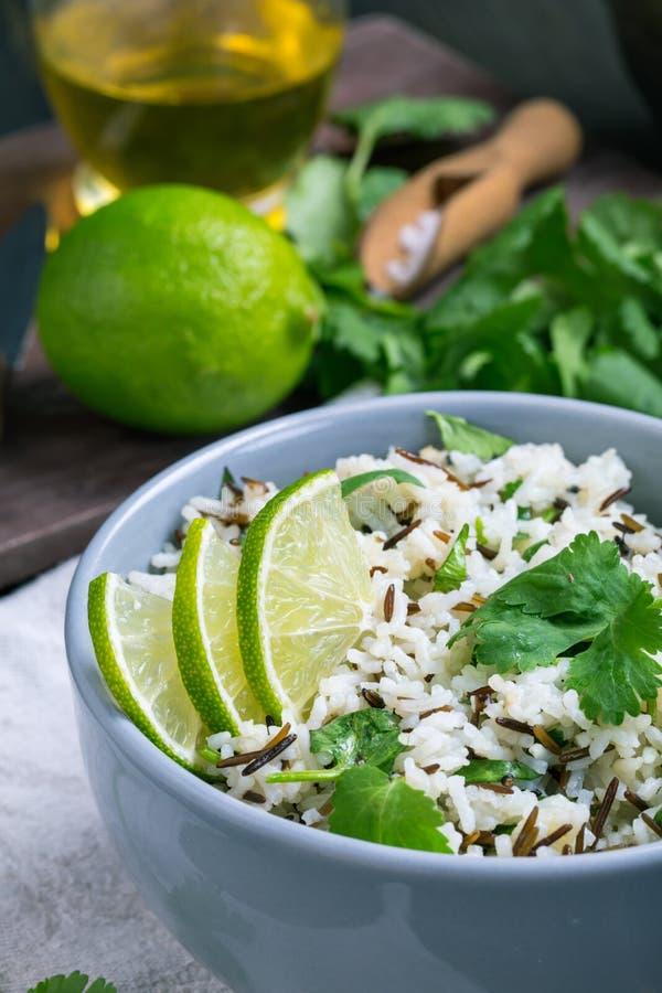 Close up do arroz basmati do cal do coentro foto de stock royalty free