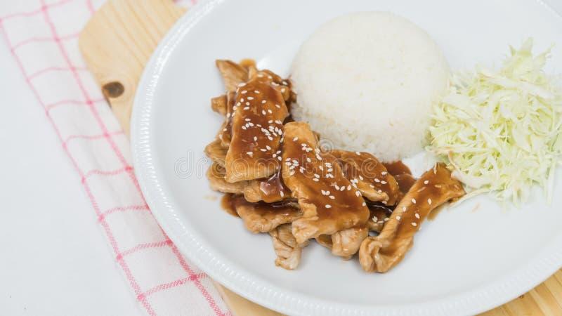 Close up do arroz e da carne de porco fritada fresca com sésamo, alimento tailandês imagem de stock royalty free