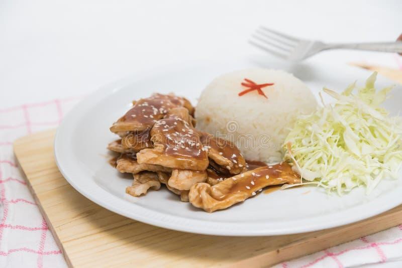 Close up do arroz e da carne de porco fritada fresca com sésamo, alimento tailandês fotos de stock royalty free