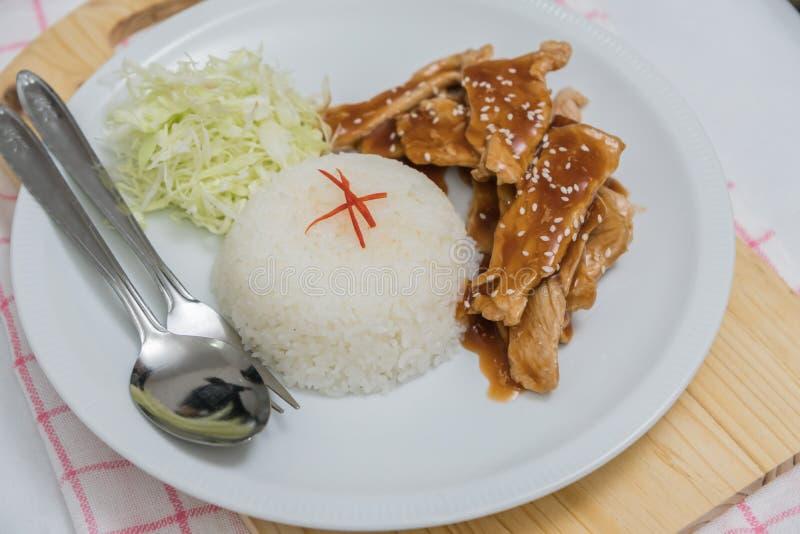 Close up do arroz e da carne de porco fritada fresca com sésamo, alimento tailandês imagens de stock