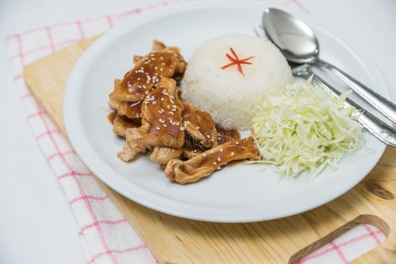 Close up do arroz e da carne de porco fritada fresca com sésamo, alimento tailandês fotografia de stock royalty free