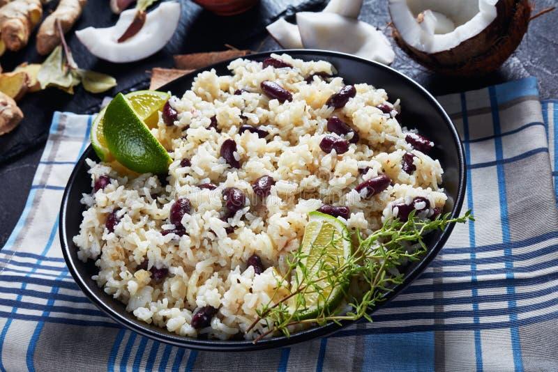 Close-up do arroz jamaicano e de feijões vermelhos fotos de stock royalty free