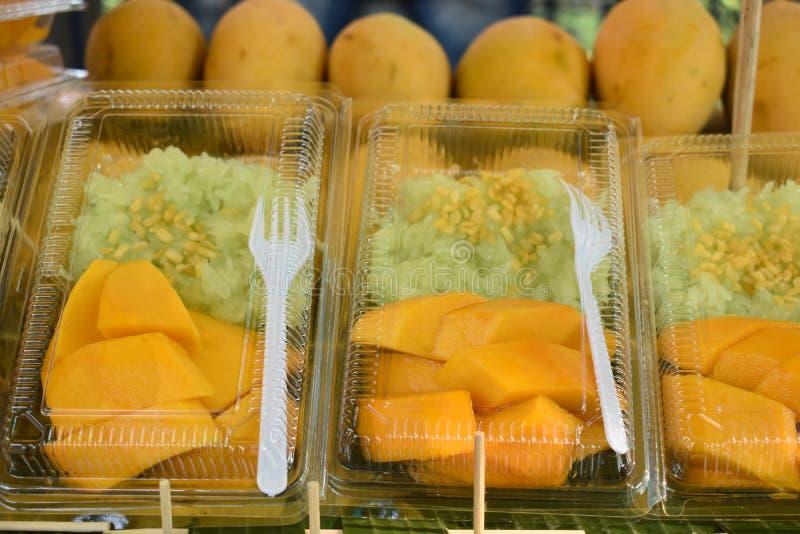 Close up do arroz pegajoso da sobremesa tailandesa deliciosa com manga fotos de stock royalty free