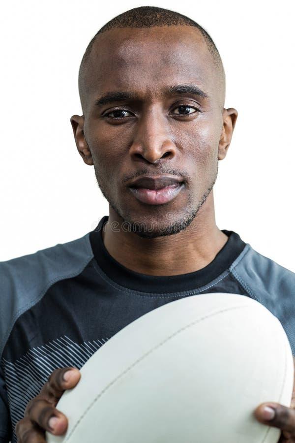 Close-up do atleta pensativo que guarda a bola de rugby imagens de stock royalty free