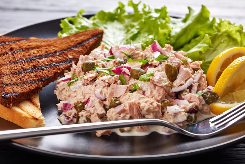 Close-up do atum, das alcaparras e da salada da cebola vermelha imagens de stock royalty free