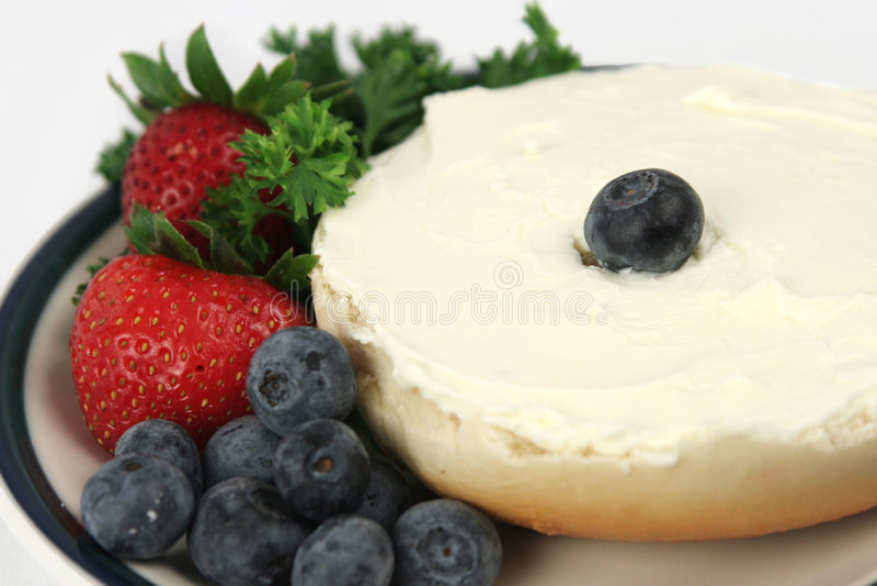 Close up do Bagel & da fruta imagens de stock royalty free