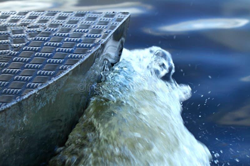 Close up do barco que corta através da água foto de stock royalty free