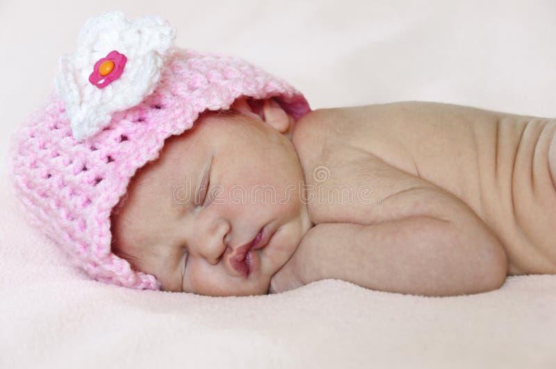 Close up do bebê recém-nascido com chapéu cor-de-rosa foto de stock royalty free