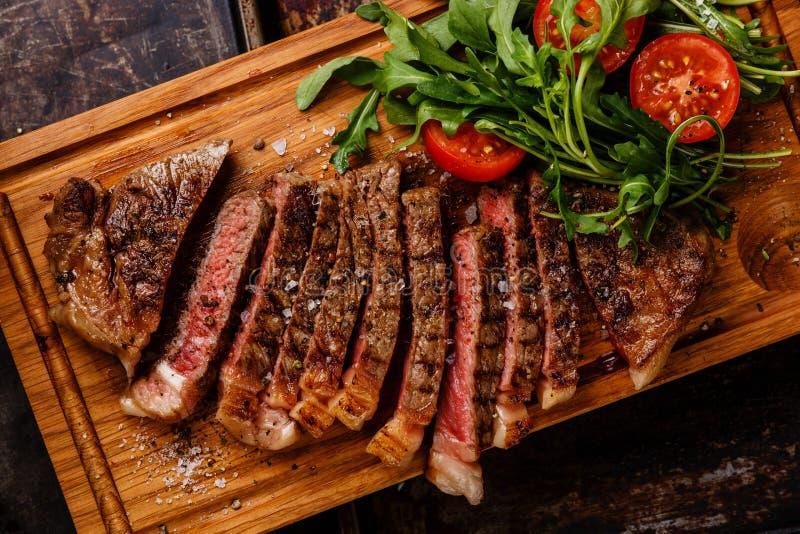Close-up do bife e da salada fotografia de stock royalty free
